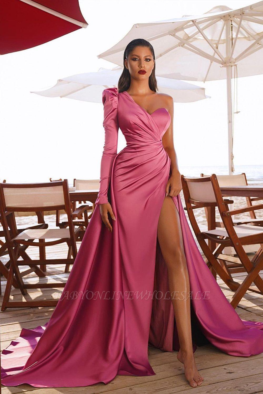 Атласные вечерние макси-платья на одно плечо с разрезом по бокам и со шлейфом