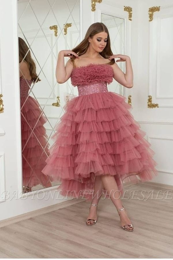 Romantisches rosa kurzes Hi-Lo-Hochzeitsfestkleid mit Tüllschichten