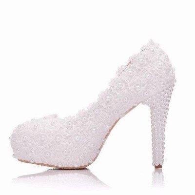 Femmes avec des perles sur la cheville chaussures de mariage à talons hauts