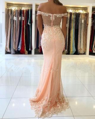 Розовое вечернее платье с кружевными аппликациями и открытыми плечами_3