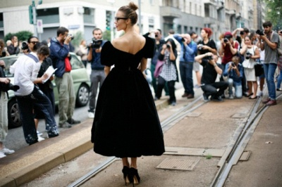 Robe de bal de princesse noire moderne à épaules dénudées longueur du thé_2
